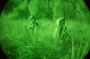 photo prise depuis une vision nocturne militaire